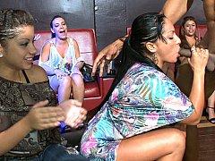 Минет, Одетые девушки голые парни, В клубе, Семяизвержение, Смазливые, Группа, Вечеринка, Застенчивая