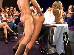 Incroyable, Blonde, Homme nu et filles habillées, Dansant, Robe, Groupe, Fête, Public