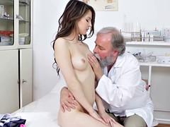 Nana, Médecin