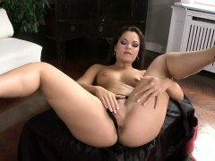 Glamorous peach is flashing her stretched soft vulva in clos