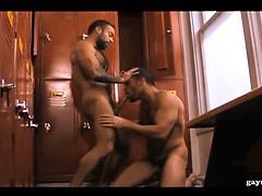 Zwei schwule behaarte Muskel Gays beim Ficken unter der Dusc