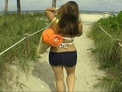 Пляж, Брюнетки, Парочка, Член, Подружка, Ласковые ручки, Курящие, Молоденькие