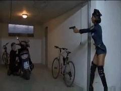 Noire, Noir ébène, Police