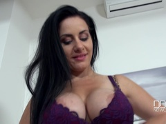 Naked Newbie Shows Big Boobs in Juicy Casting Video